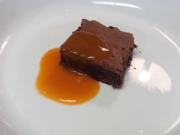 Brownie with apricot sauce